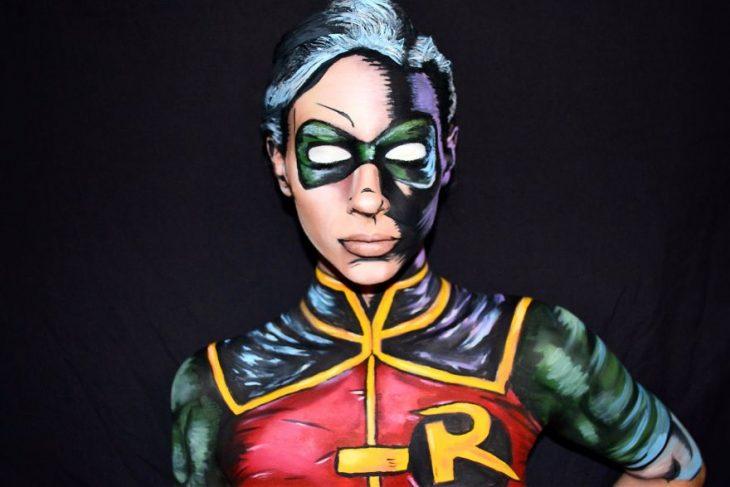 Chica creando maquillaje de fantasía inspirado en Robin