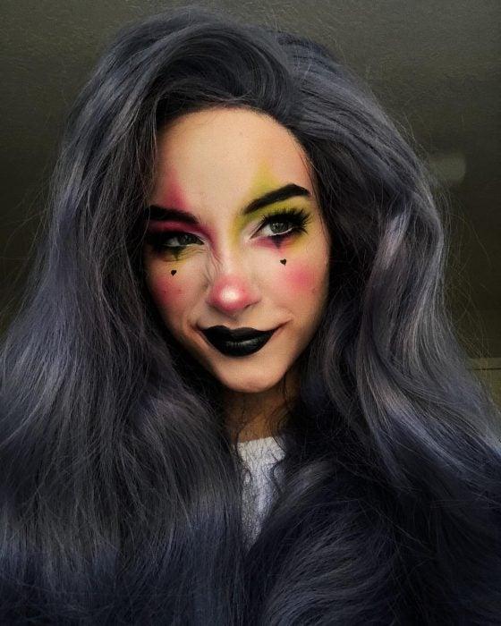 Chica maquillada como un payaso de doble color