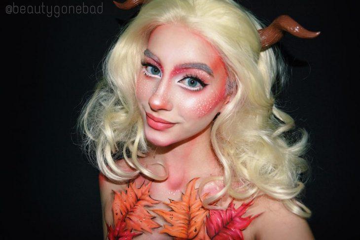 Chica usando un maquillaje de duendecillo