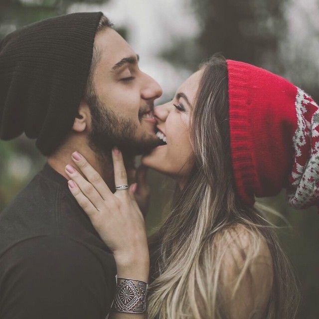 Pareja besándose la barbilla