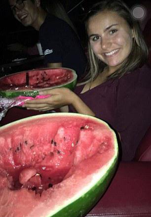 Chicas comiendo sandias dentro del cine