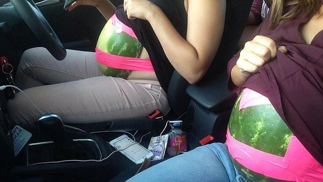 Chicas con sandias atadas a sus estomagos para introducir comida al cine