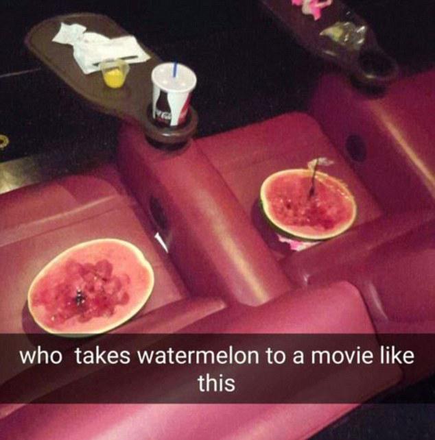 Trozos de sandía en los sillones del cine