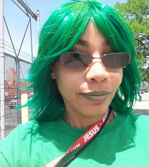Mujer usando una peluca en color verde