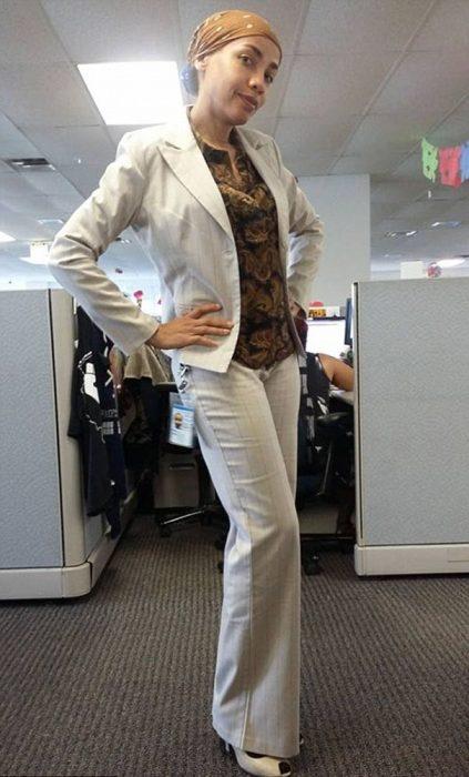 Mujer usando un traje en color blanco y un pañuelo en la cabeza