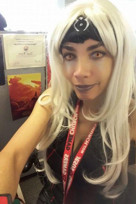 Mujer vestida con un cosplay