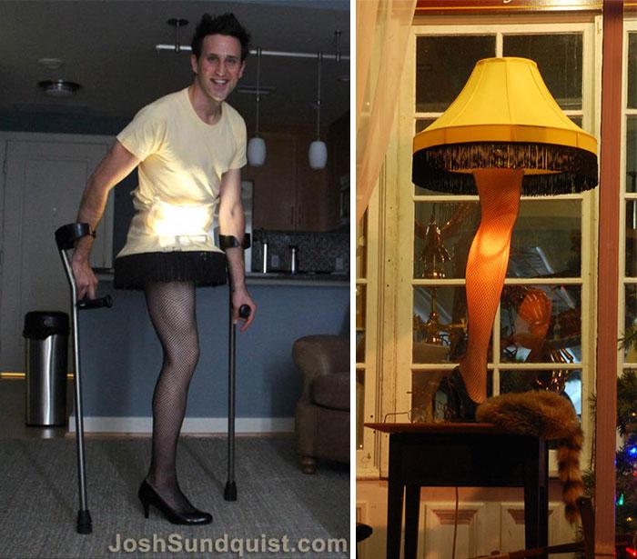 Chico sin una pierna disfrazado de lámpara de pie
