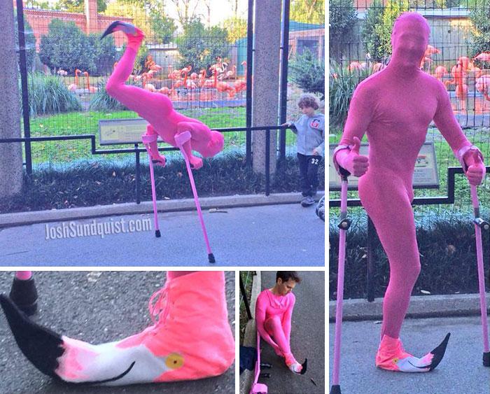 Chico sin una pierna disfrazado de un flamenco