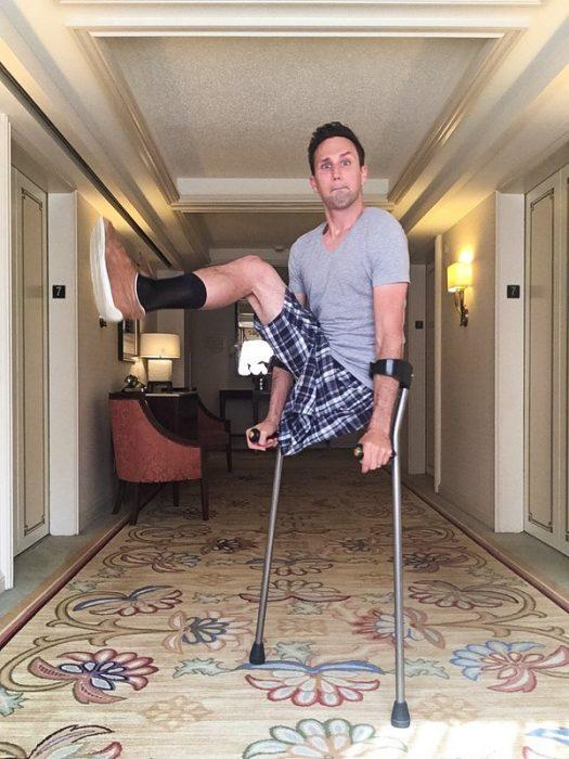 Chico sin una pierna saltando en medio del lobby de un hotel