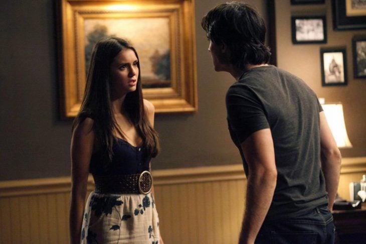 Escena de la serie vampire diares. Damon y Elena peleando