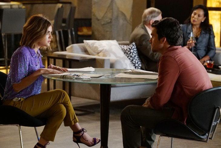 Escena de la serie pretty little liars. Ezra y Aria peleando