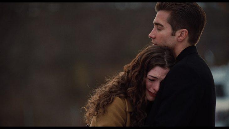 Escena de la película amor y tras adicciones. Pareja de novios llorando