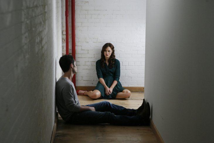 Escena de la serie gossip girls. Blair y Nate sentados conversando