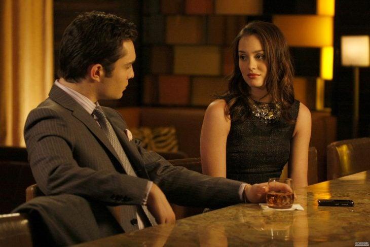 Escena de la serie gossip girls. Chuck y Blair hablando en un bar