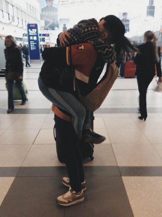 pareja abrazada en aeropuerto