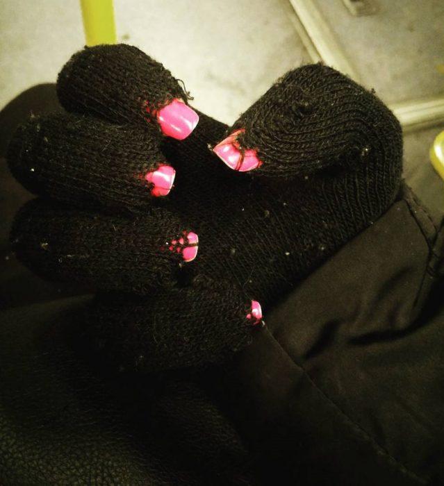 Chica con los guantes rotos debido a sus uñas largas