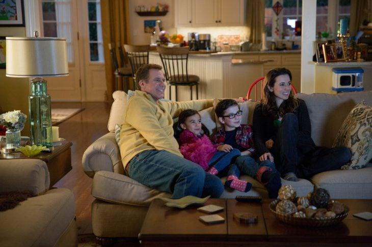 Escena de la película guerra de papás. Familia viendo la televisión