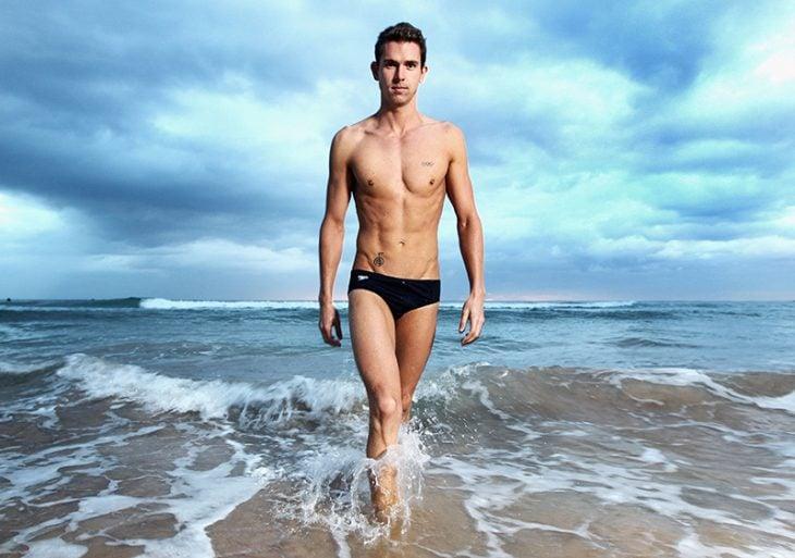 hombre musculoso atleta en playa