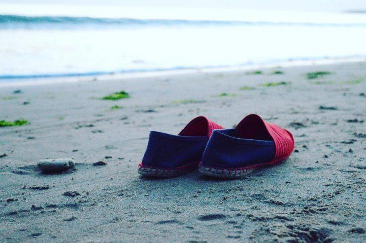 alpargatas en la playa