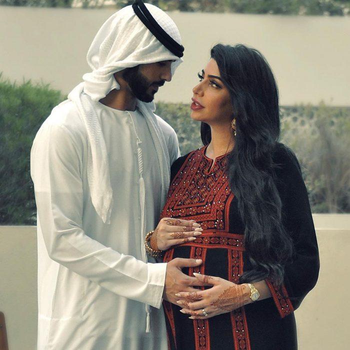 el hombre más guapo del mundo y su esposa embarazada