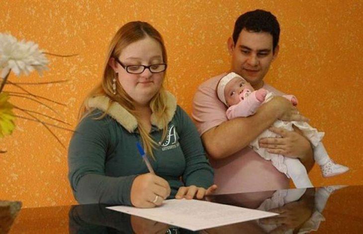 pareja con discapacidad y su bebé sana