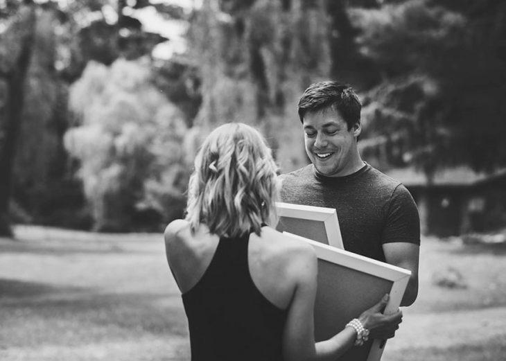Chica anunciando su embarazo durante una sesión de fotos sorpresa