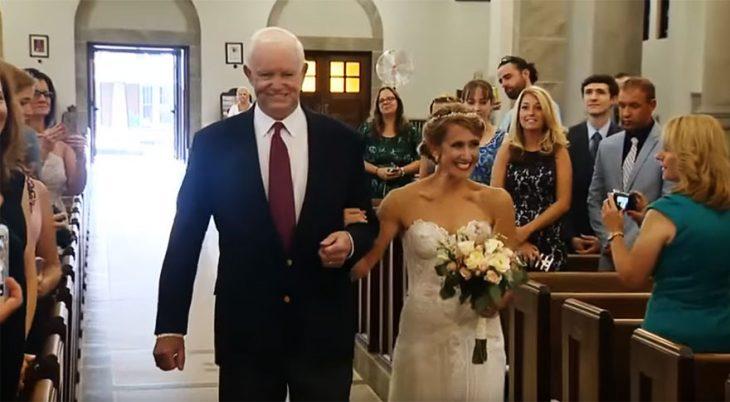 Hombre entregando en el altar a la hija del hombre que le dono el corazón