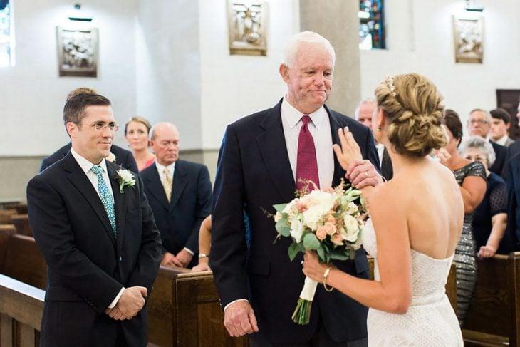 Hombre entregando en el altar a la hija del hombre que le donó su corazón