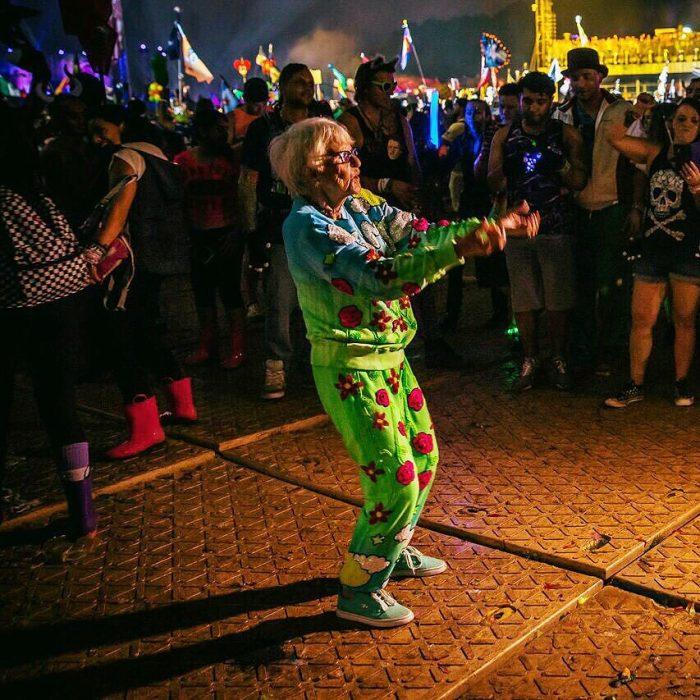 Abuela dbaddiewinkle de 88 años bailando en un festival de música