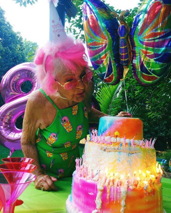 Abuela dbaddiewinkle de 88 años soplando las velas de un pastel