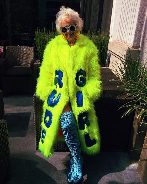 Abuela dbaddiewinkle de 88 años usando un abrigo de color verde neón