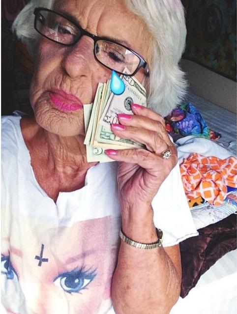 Abuela dbaddiewinkle de 88 años limpiando sus lagrimas con dólares