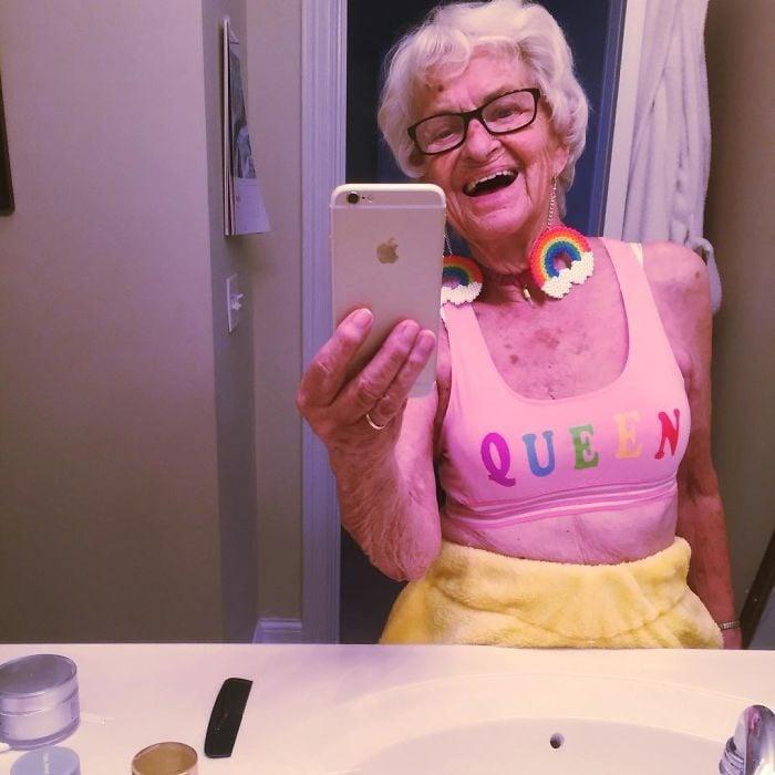 Abuela dbaddiewinkle de 88 años tomándose una foto con su celular mientras está frente al baño
