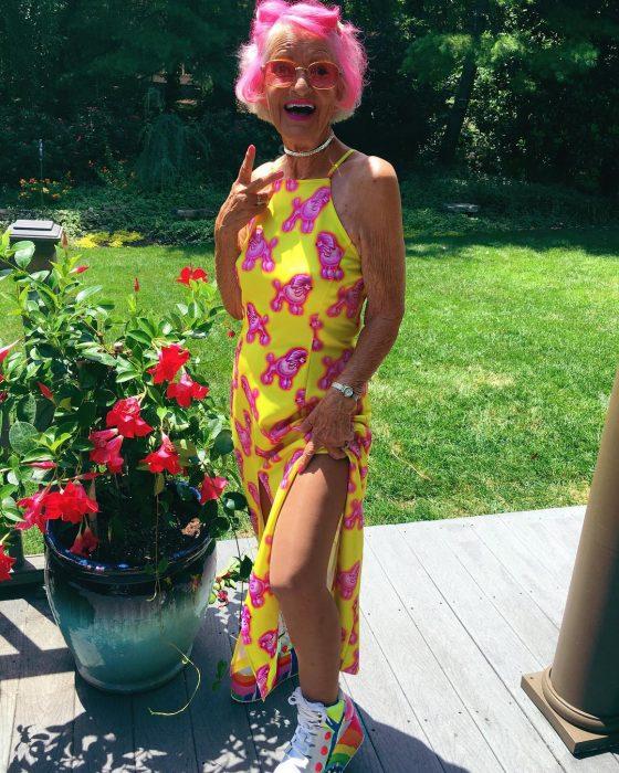 Abuela dbaddiewinkle de 88 años usando un vestido de color amarillo con mariposas de color rosa