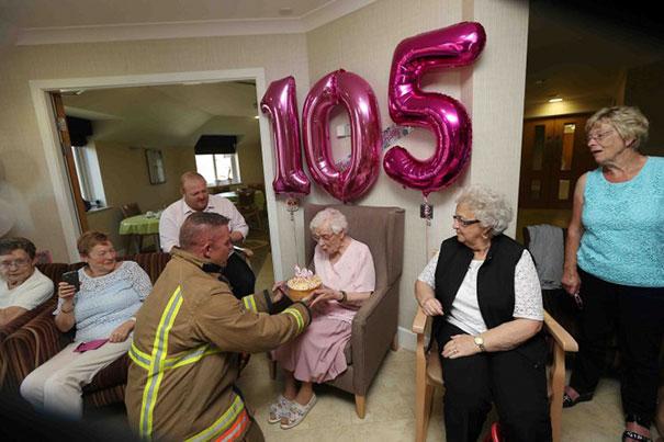 Festeja 105 años con bomberos