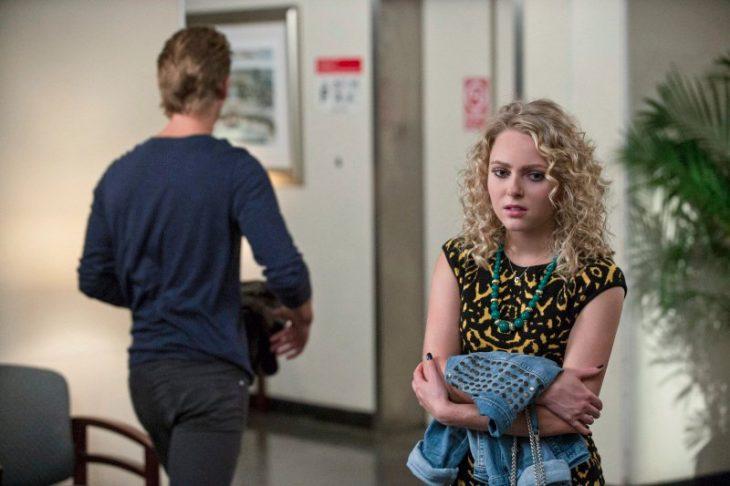 Escena de la serie the carrie daries, chica cortando con su novio