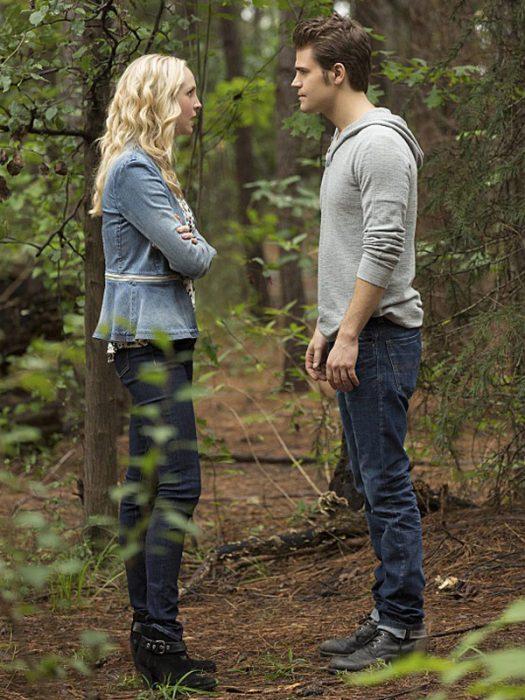 Escena de la serie the vampire Diares, stefan y caroline hablando en medio del bosque