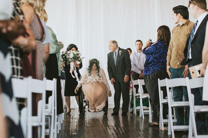 Novia en silla de ruedas yendo hacia el altar el día de su boda