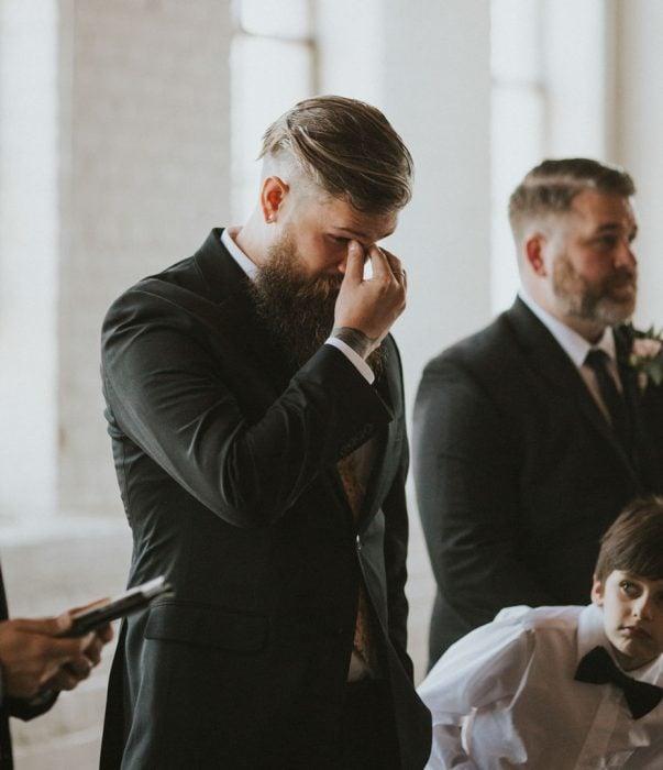 Novio llorando al ver que su esposa caminaba hacia el altar
