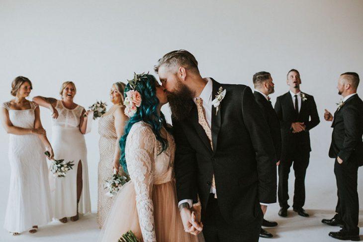 Pareja de novios el día de su boda besándose