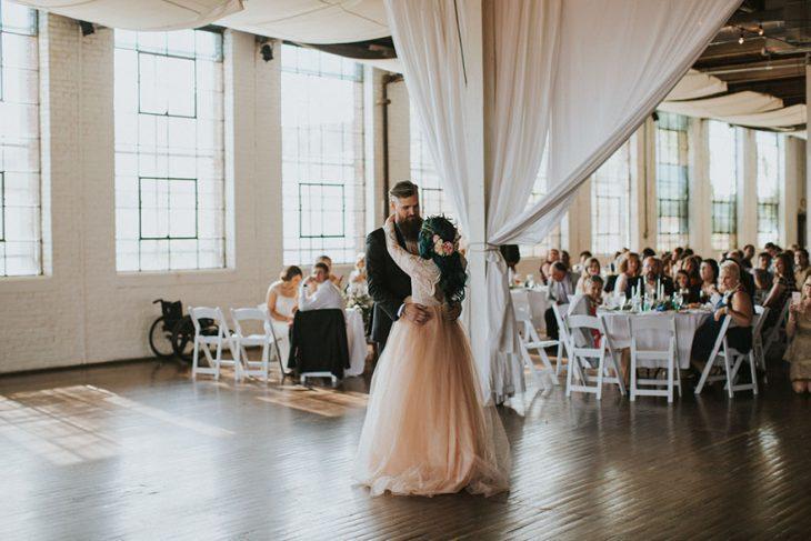 Pareja de novios bailando el día de su boda