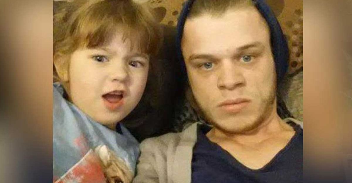 Este padre soltero con Asperger a quien abandonaron por su mejor amigo, es ahora un ejemplo de paternidad en las redes.