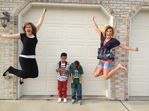 Mamás saltando de emoción al ver que sus hijos vuelven a clases