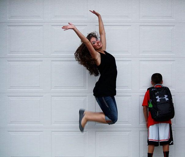 Mamá saltando porque su hijo regresa a la escuela