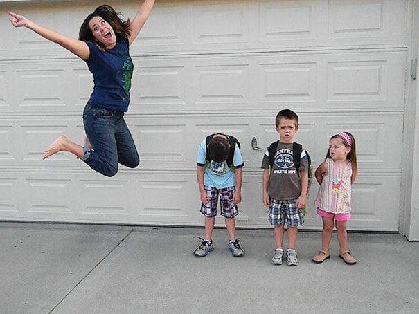Mamá saltando porque sus hijos vuelven a la escuela