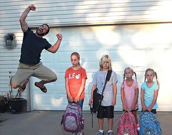 Padre saltando de la emoción por el regreso a clases