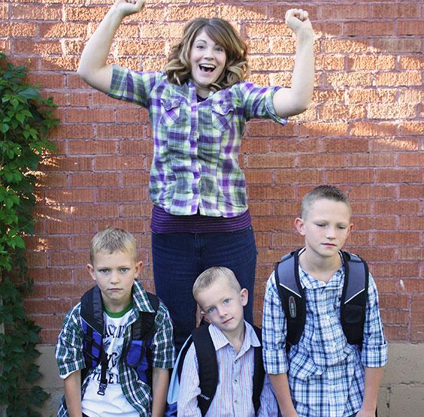 mamá saltando de la emocion porque sus hijos volverán a la escuela