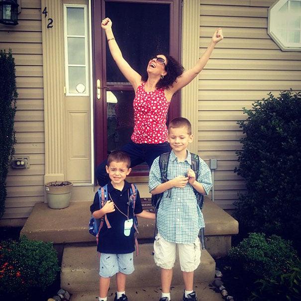 Mamá festejando que sus hijos volverán a la escuela