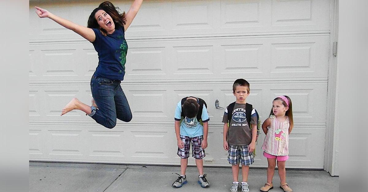 Estos padres demostraron su felicidad por el regreso a clases