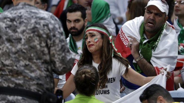 chica iraní con policías en juegos olímpicos